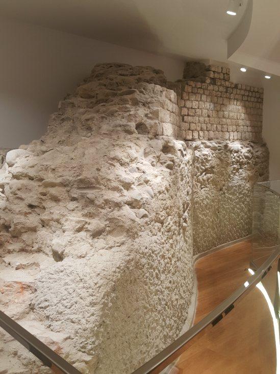 mur uniqlo toulouse.jpg